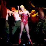 Lady Gaga recibió un aparatoso golpe en su último concierto y responde a la polémica con Madonna