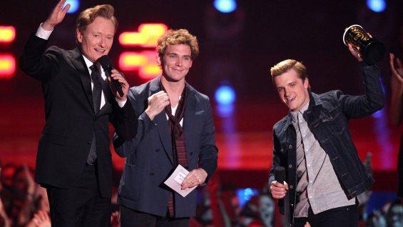 Conan_OBrien_Sam_Claflin_Josh_Hutcherson_accept_award_movie_year_The_Hunger_Games_Catching_Fire_MTV_Movie_Awards