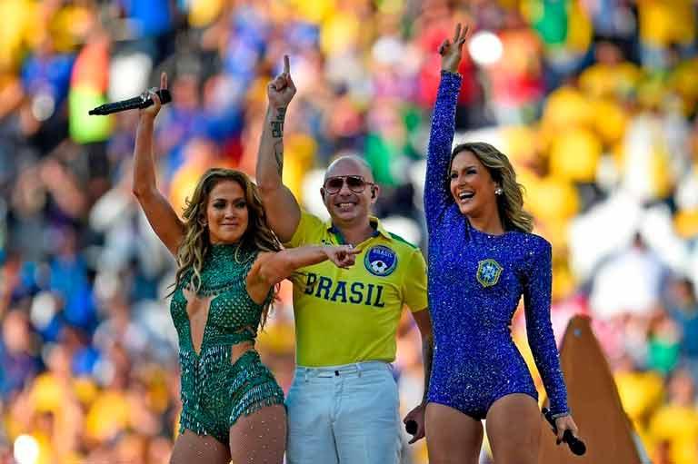 Jennifer-Lopez-Pitbull-y-Claud_54409900455_54115221152_960_640