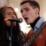 Steven Tyler sorprende a un músico callejero al cantar a su lado en plena noche