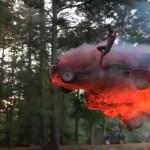 Destroza su coche y lo graba a cámara lenta