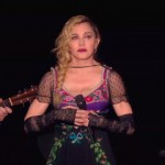 Madonna llora los atentatos de Paris en pleno concierto