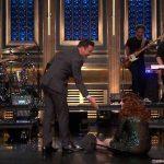 Meghan Trainor se cae de culo en el programa de Jimmy Fallon