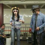 Miley Cyrus y Jimmy Fallon tocan en el metro