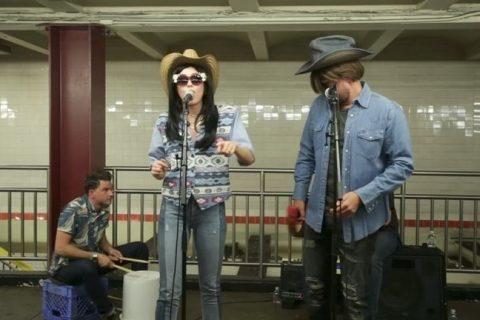 Miley Cyrus y Jimmy Fallon tocan en el metroMucha gente perdió el tren al reconocer la voz de la artista.