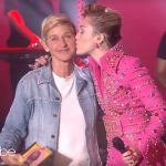 El beso de Miley Cyrus a Ellen cantando Younger Now