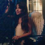 Camila Cabello se transforma en angel en el nuevo videoclip de Bazzi