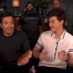 Shawn Mendes interpreta Treat You Better con instrumentos de juguete