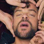 Ricky Merino estrena el videoclip de Miénteme, una orgía con cameos de Itziar Castro, Nerea Rodríguez y Raoul Vázquez