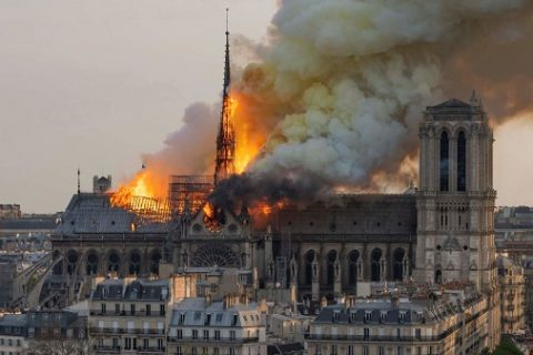 La catedral de Notre Dame arde bajo las llamas