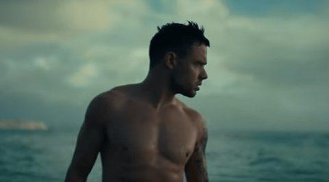 Liam Payne se desnuda en el videoclip de Cheat Codes – Live Forever